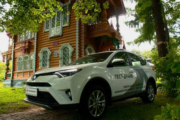 Тойота на фоне особняка купцова Бугрова в Володарске