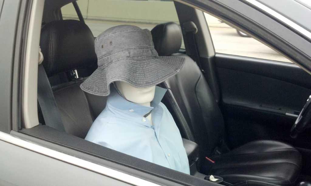 манекен в автомобиле